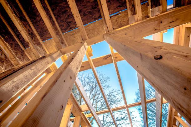 Construction d'une maison en bois avec poutres